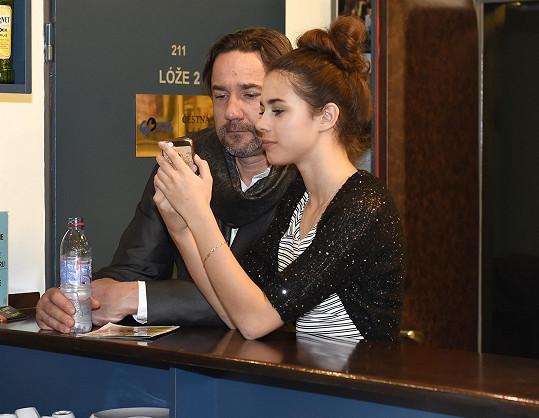 Do divadla se na Báru přišli podívat přítel Martin Trnavský a dcera Anička.