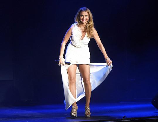 Na jevišti ukázala i dokonalé nohy.