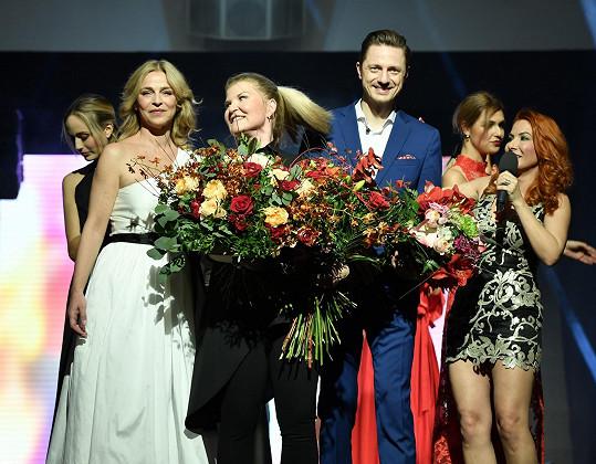 S návrhářkou Gábinou Páralovou (uprostřed), Ondřejem a Lucií Zedníčkovou při závěrečném aplausu