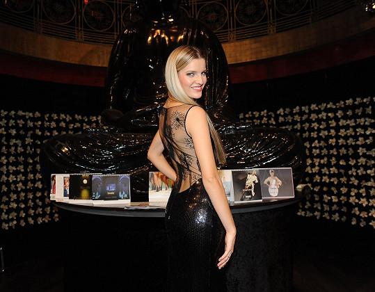 Rolins nebyla jediná, která se na akci blýskla v rafinovaném modelu. Například Veronika Procházková prezentovala také černé šaty z dílny Beaty Rajské pro změnu s odhalenými zády.