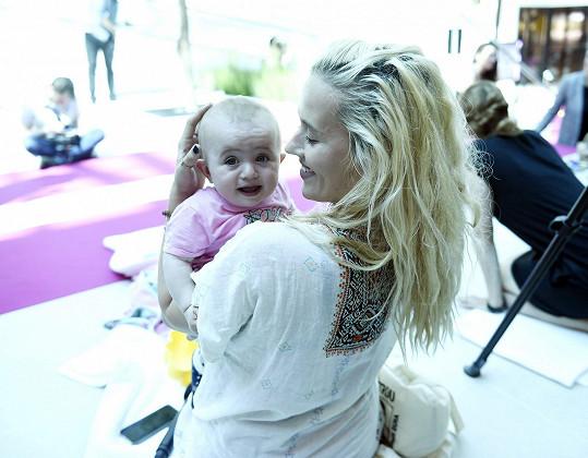 Manželka Tomáše Kluse s nejmladší dcerou.