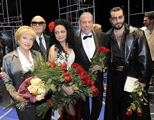 Nebýt pandemie, dál zpívá a tančí na prknech Hudebního divadla Karlín. V muzikálu Carmen hrála tetu Inéz (vlevo).