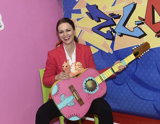 Adéla natáčela videoklip k písni Distanční výuka dětské skupiny Zlobidla.