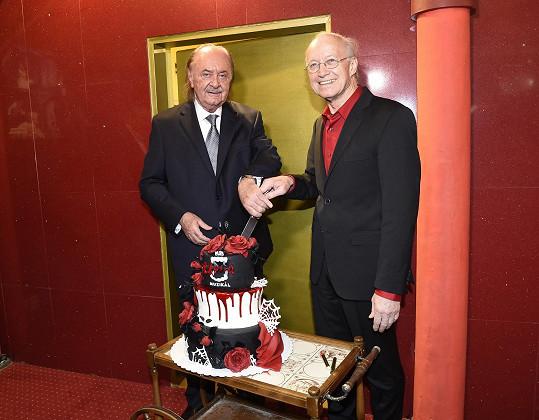 Došlo samozřejmě i na krájení stylového upířího dortu.