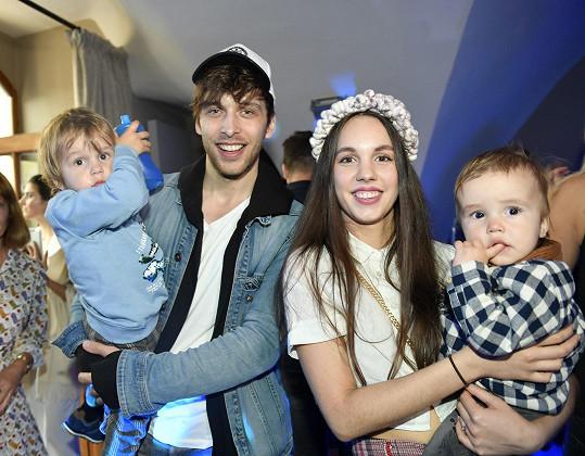 Rodina Tomešových: Roman, který má v náručí syna Kristiánka, a Míša s mladším synem Jonáškem