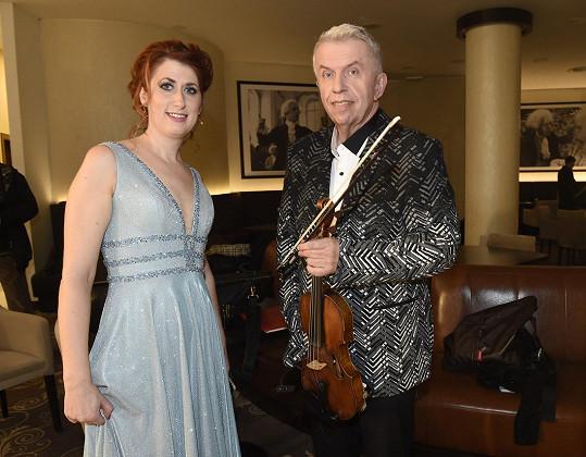 Trávníčková funguje jako houslistova manažerka.