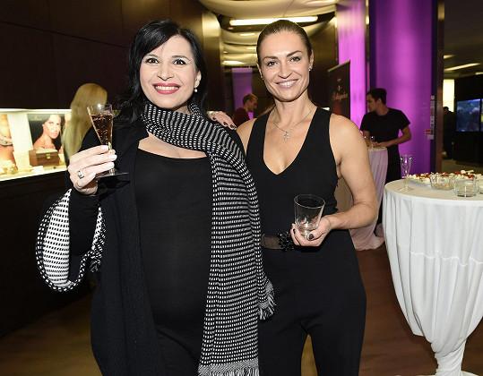 Vedle těhotné Andrey Kalivodové vypadala Kynychová o to drobněji.