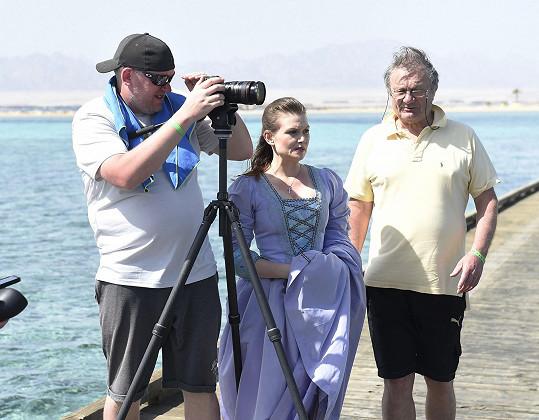 Adamec s Eliškou Ochmanovou během natáčení