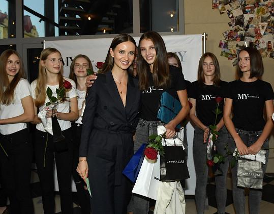 Vítězka MY Model Contest 2019 Anna Bicanová s čestnou členkou poroty Ester Berdych Sátorovou.