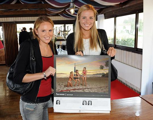 Dívky mají fotku v novém kalendáři Kapky naděje.