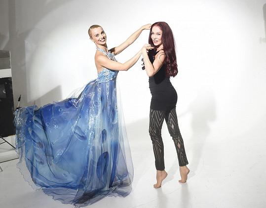 Blanka a Zuzana dováděly v ateliéru.
