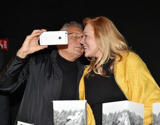 Režisér má nový chytrý telefon, a tak neodolal a udělal si s Havlovou selfie.