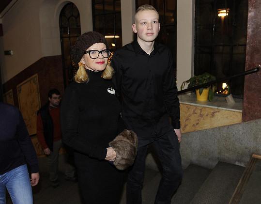 Jitka Asterová dorazila do Lucerny se synem Adamem.