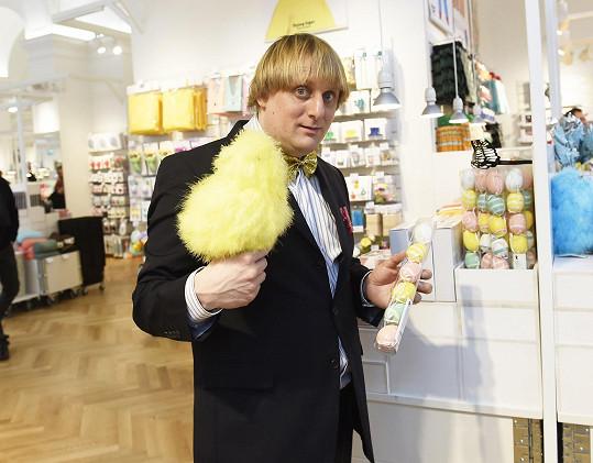 Pavlásek se sice objevil na otevření prodejny s designovými doplňky, sám ale nakupuje pouze knihy.