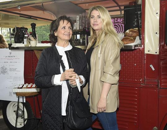 Na párty pod Petřín dorazila s dcerou Terezou Brabcovou.