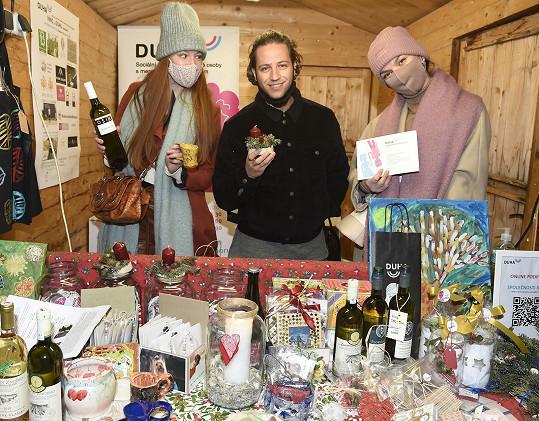 S Nikol Kouklovou a Radkou Pavlovčinovou pomohl s prodejem vína pro Společnost Duha, která pomáhá mentálně postiženým spoluobčanům.