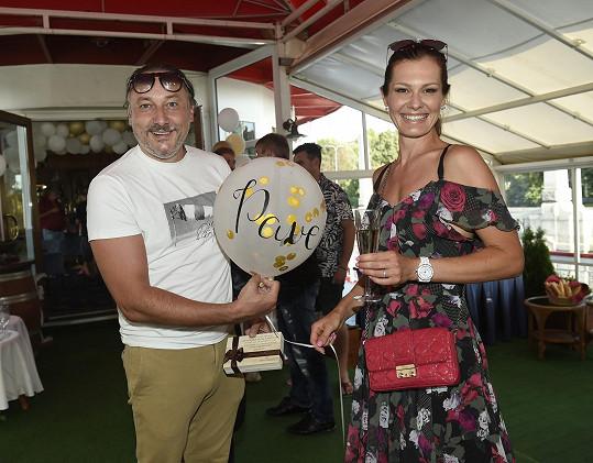 Na oslavě potkala mimo jiné i zpěváka Mariana Vojtka.