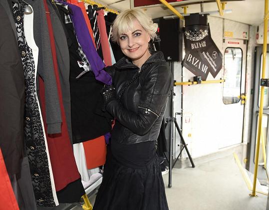 Prodávalo se luxusní oblečení za zlomek ceny. Vybralo se skoro 150 tisíc korun.