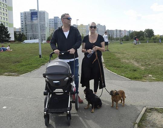 Etzler s partnerkou Helenou, pejsky a miminkem v kočárku