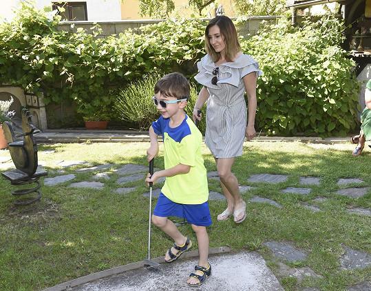 Radka je se synem Oskárkem sama.