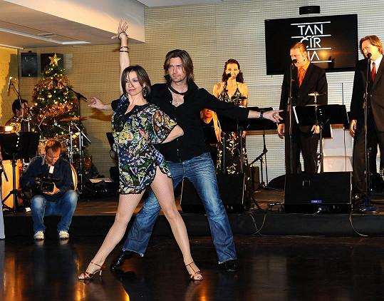 Jak tančí profesionálové předvedli Petr Čadek s Petrou Kostovčíkovou (taneční partnerka herce Václava Vydry).