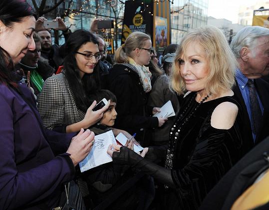 Herečka se podepisovala fanouškům před vstupem do kina.