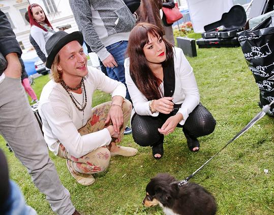 Farna si pořídila štěně, kterým se pochlubila i Klusovi.