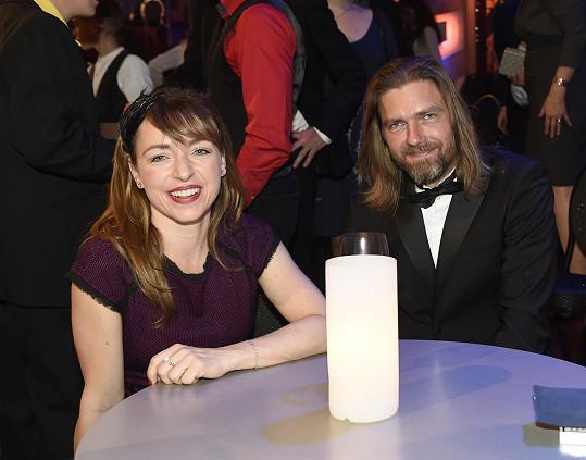 Zasedla ke stolečku se svým tanečníkem Petrem Čadkem.