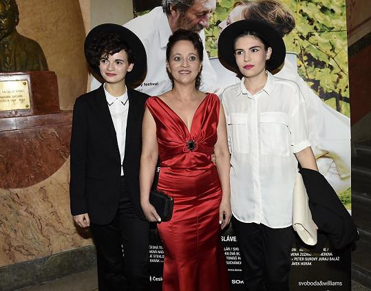 Alena Mihulová s dcerou Karolínou (vlevo) a její přítelkyní Natalií. Partnerky měly podobné stylové klobouky.
