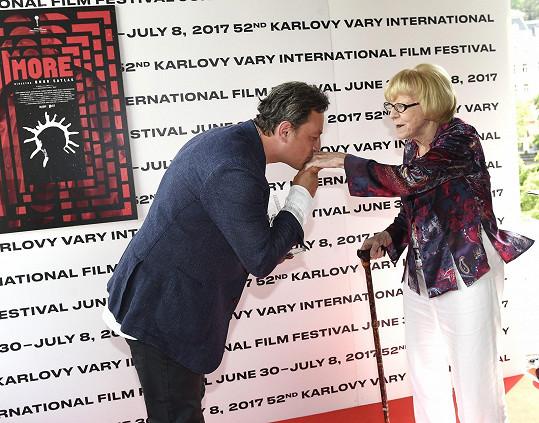 Onur a jeho galantní políbení ruky Evě Zaoralové.
