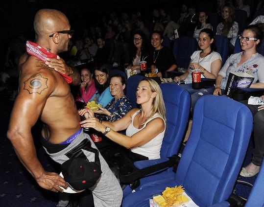 Osahala si přítomného striptéra přímo v kině.