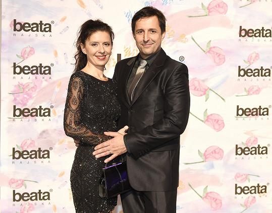 Tomáš vyrazil na přehlídku Beaty Rajské s manželkou Petrou.