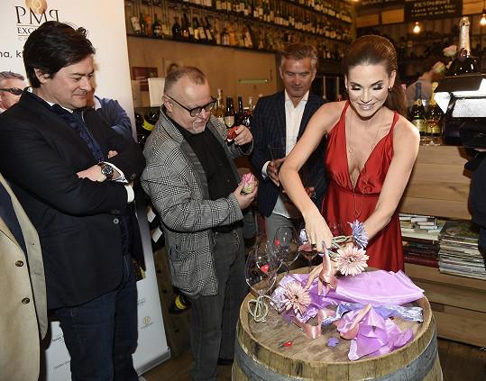 Na valentýnské párty zdobila Andrea Verešová skleničky srdíčky.