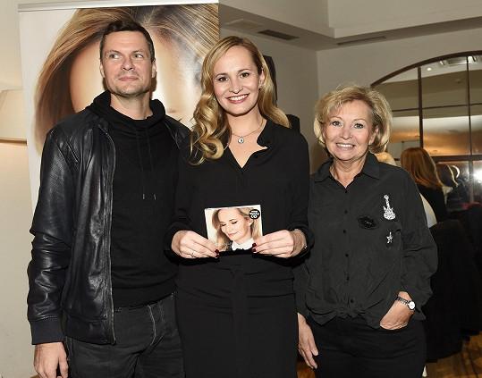 Monika s maminkou a partnerem Tomášem Hornou
