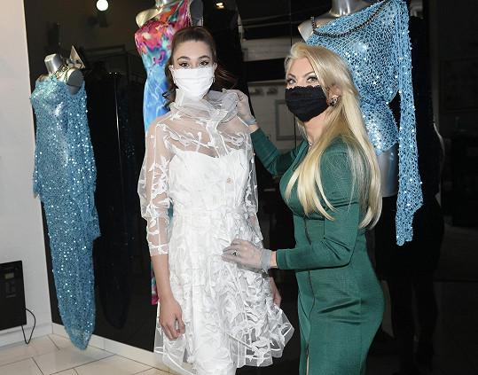 Modelku Denisu Spergerovou oblékla Natali Ruden do modelu z jarní kolekce, který měl být součástí přehlídky, ta ale byla kvůli koronavirové pandemii zrušena.