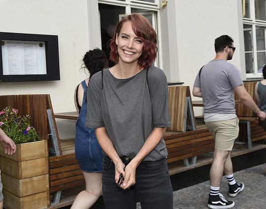 Vlasy s růžovým nádechem měla i Gábina Lašková.