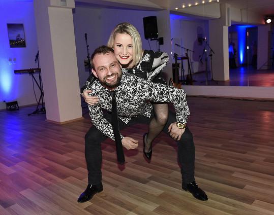 Marek s Terezou spolu tančí, žijí a plánují společný život.