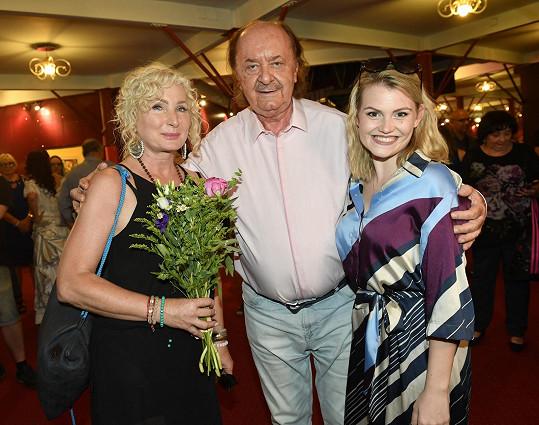 Nálepková s producentem Františkem Janečkem a Elis Ochmanovou, s níž se bude potkávat v muzikálu Čarodějka.