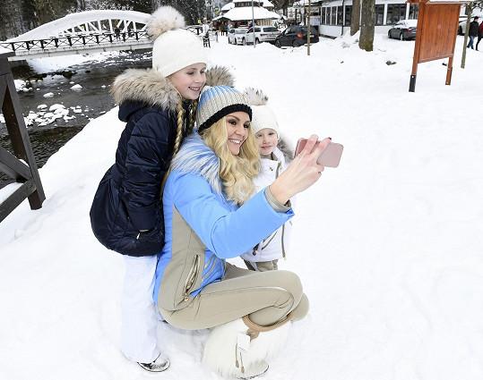 Obě holčičky se už učí lyžovat.