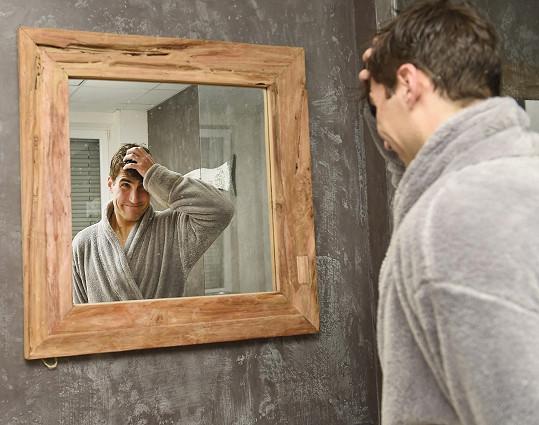 David u zrcadla. Je ješitný jako každý muž.