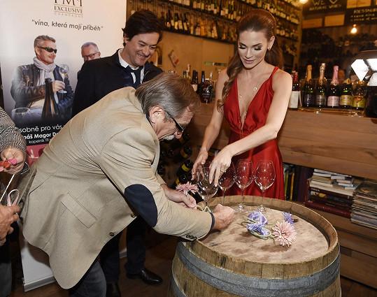 Na valentýnské párty zdobila Verešová skleničky srdíčky a Pavel Zedníček jí pomáhal.