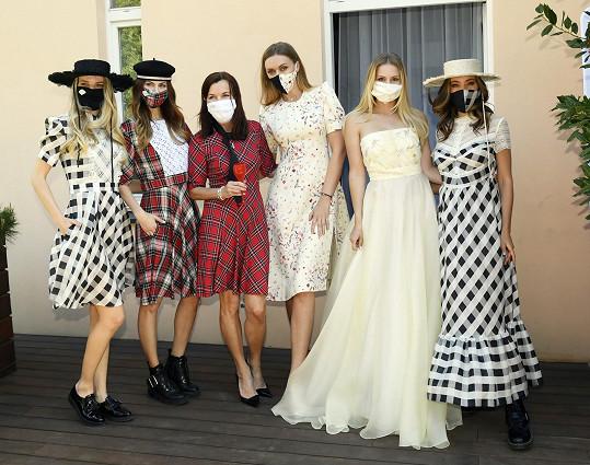 Rajská hladověla po společnosti, a proto uspořádala aspoň komorní módní přehlídku pro své nejbližší a s oblíbenými modelkami.