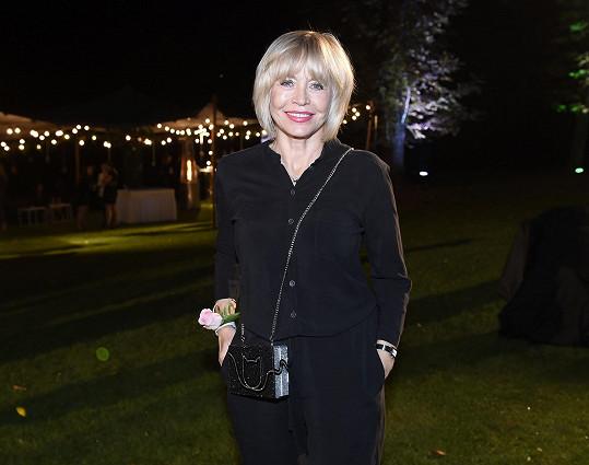 Jana Švandová módu miluje a i po sedmdesátce sleduje módní trendy. Pro tento večer oblékla černý overal.