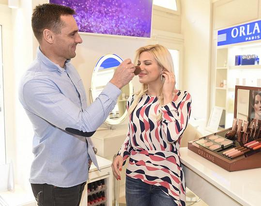 Roman vyrazil s Evou do kosmetického salonu.