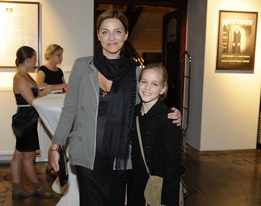 Herečka Lucie Zedníčková s dcerou Amélií na vernisáži
