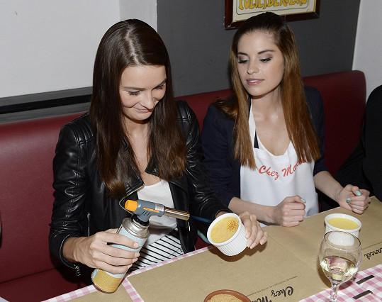 Večer ve francouzské restauraci si užívala s kamarádkou Nikolou Buranskou.