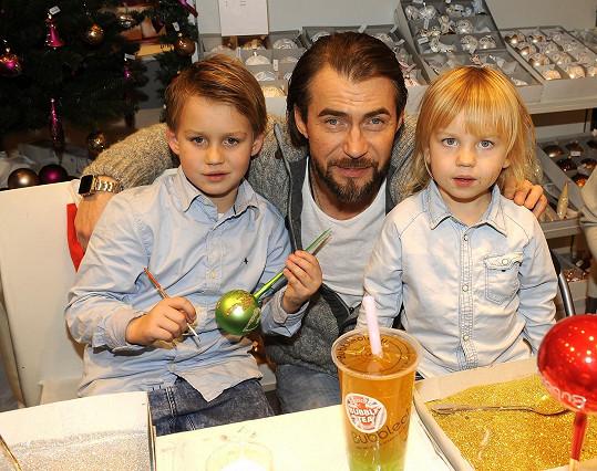 Bořek se syny Koljou a Andrejem zdobili vánoční ozdoby.