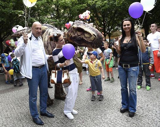 Míša Nosková s dinosaury a starostou Prahy 1 Oldřichem Lomeckým a jeho partnerkou Veronikou Blažkovou.