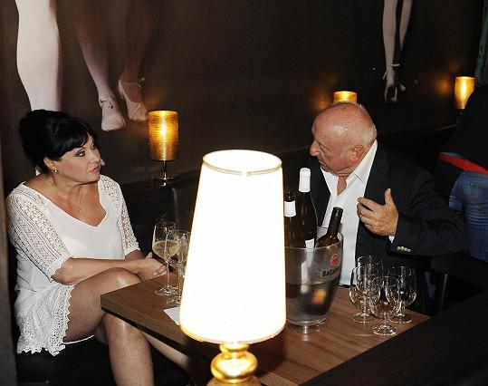 Když spolu ale zůstali sami u stolu, atmosféra by se dala krájet.