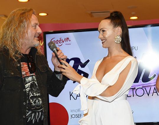 S Kamilou Nývltovou chystá Vojtek desku. Proto se dle svých slov pravidelně scházel se zpěvaččinou manažerkou Veronikou.